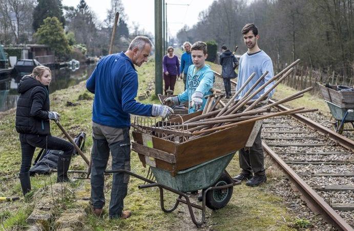Vrijwilligers aan het werk bij historische tramlijn