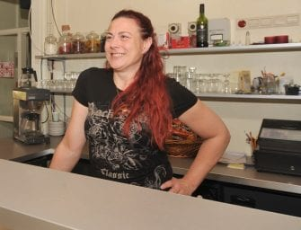 Sanne is gastvrouw bij buurtcentrum de Driehoek