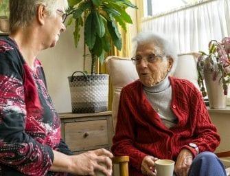 """Elly (97): """"Haar bezoek is voor mij een lichtpunt in de week"""""""
