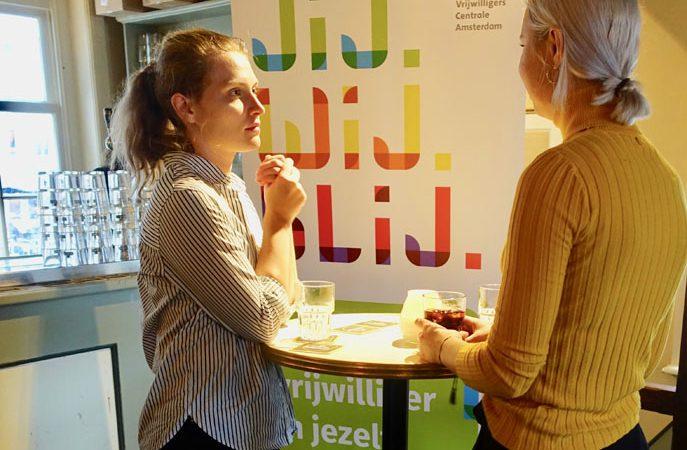 Enthousiaste jongeren bij vrijwilligerscafé