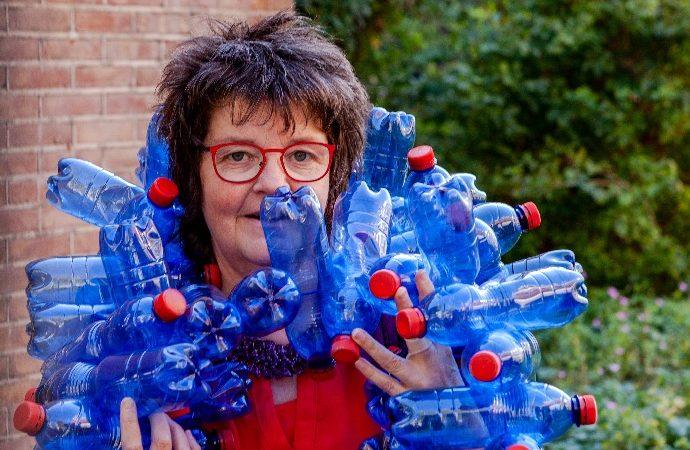 Creatief met zwerfafval: Corrie maakt o.a. hoeden & lampen